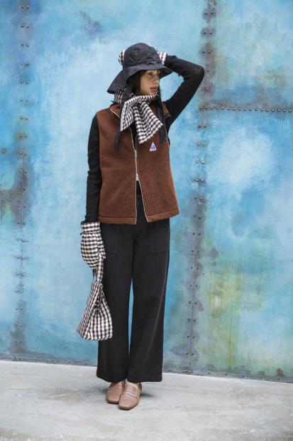 40_2 jacket¥24,000 knit¥21,000 pants¥21,000 hat¥23,000 scarf¥21,000 mitten¥21,000 bag¥31,000 shoes¥33,000