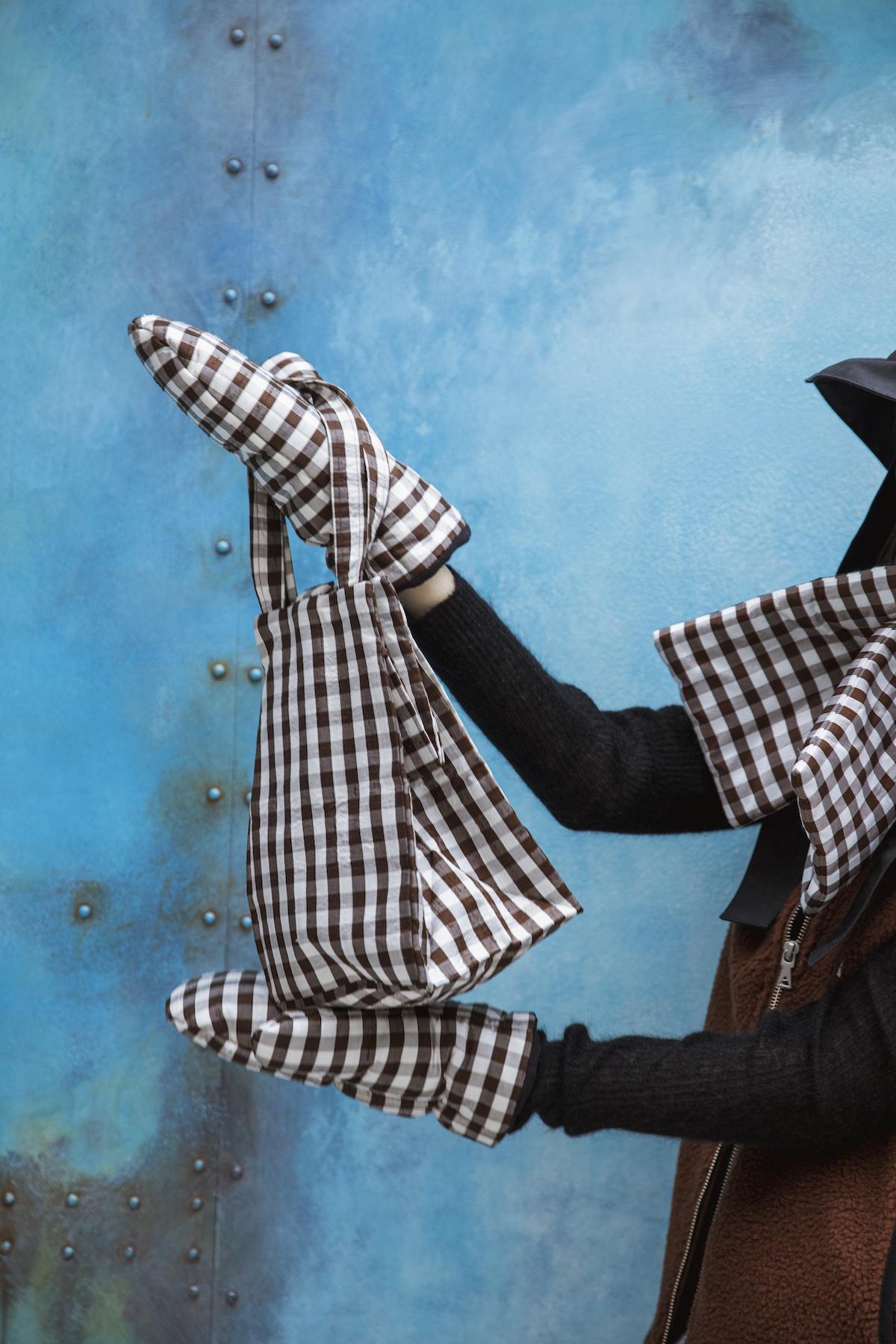 40_3 jacket¥24,000 knit¥21,000 hat¥23,000 scarf¥21,000 mitten¥21,000 bag¥31,000
