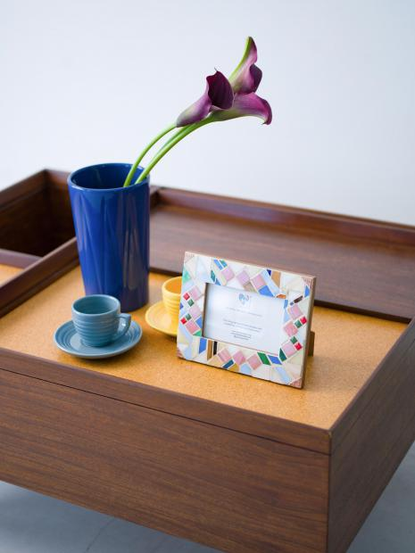29 photo frames ¥16,000 vase ¥6,900 cup&saucer ¥5,200 coffee table ¥600,000
