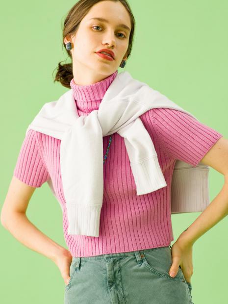 10_1 knit¥29,000 sweat¥26,000 skirt¥26,000 earrings¥99,000 necklace¥6,000