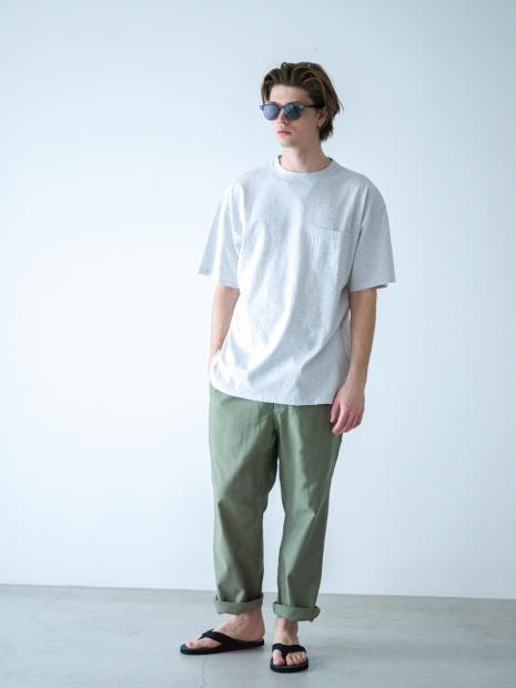 2) Tee ¥12,100  Pants ¥17,600  Sandal ¥13,200  Sunglasses ¥71,500