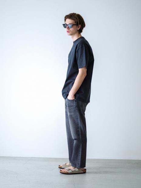 19) Tee ¥8,800  Pants ¥39,600  Sandal ¥15,400  Sunglasses ¥71,500