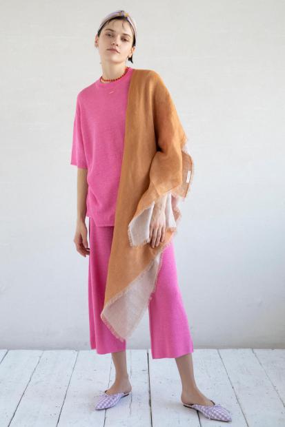 8_1 knit¥25,300 pants¥31,900 stole¥29,700 hair acc¥9,900 necklace¥31,900 necklace¥5,500 shoes¥29,700