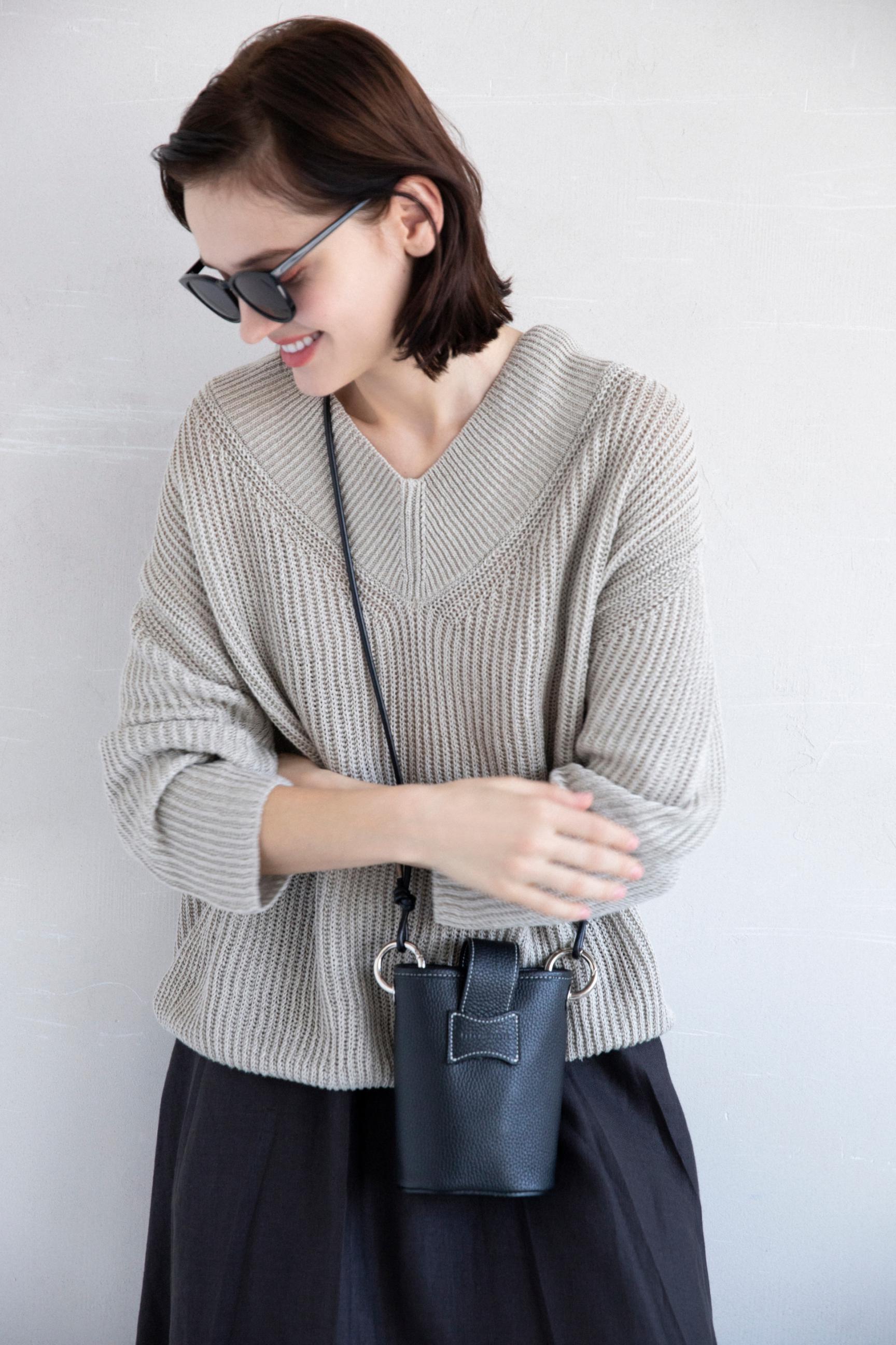 39_1 knit¥25,300 skirt¥31,900 sunglasses¥20,900 bag¥24,200 shoes¥13,200