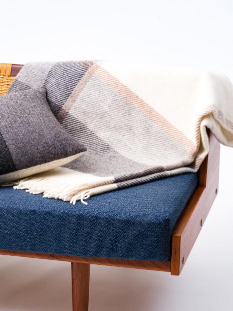 22 blanket ¥42,900 cushion ¥24,200