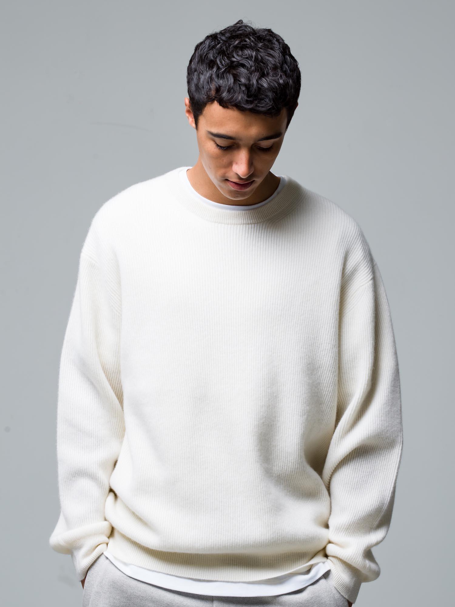 30) Knit ¥58,300  Inner ¥8,800  Pants ¥23,100