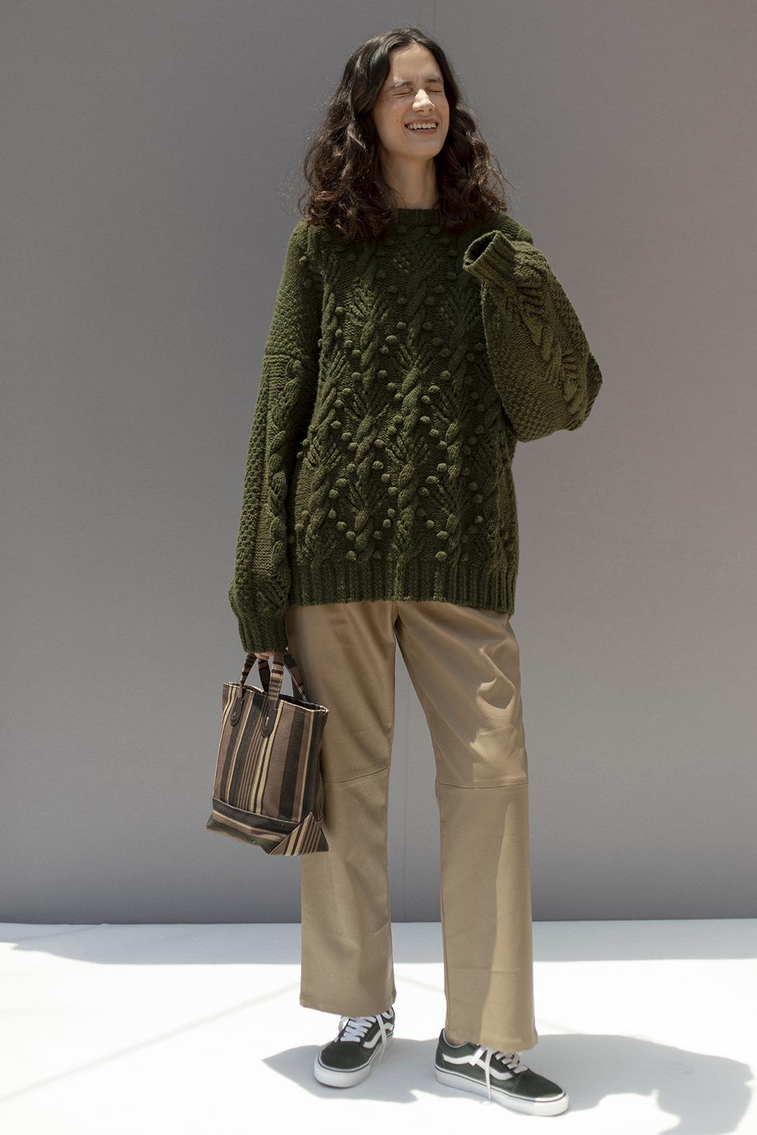 17_1 knit¥42,900  pants¥28,600  bag¥13,420  shoes¥7,700