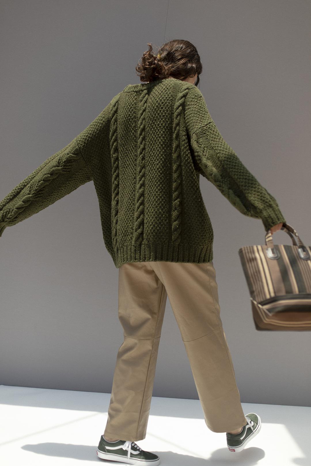 17_2 knit¥42,900  pants¥28,600  hair acc¥5,500  bag¥13,420  shoes¥7,700