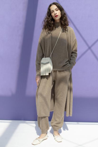 31_2 cardigan¥61,600  knit¥67,100  pants¥64,900  bag¥17,490