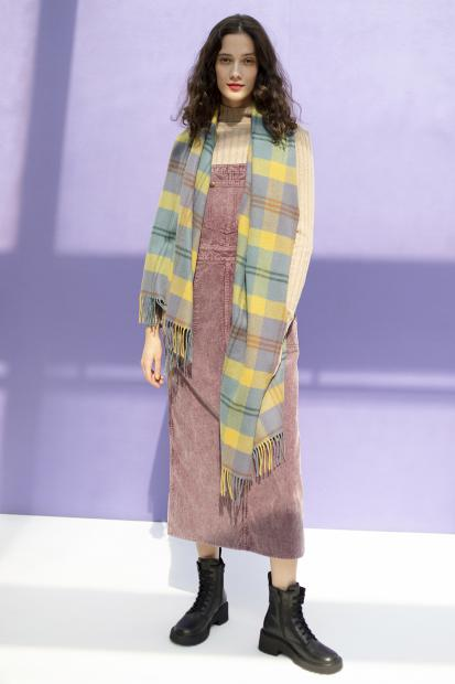 32_1 overall skirt¥31,900  knit¥17,600  stole¥69,300  shoes¥29,700